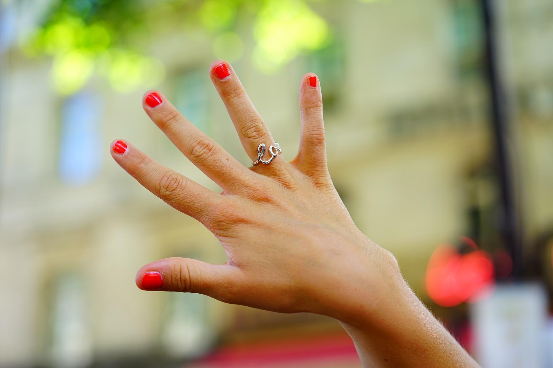 zdjęcie pomalowanych paznokci
