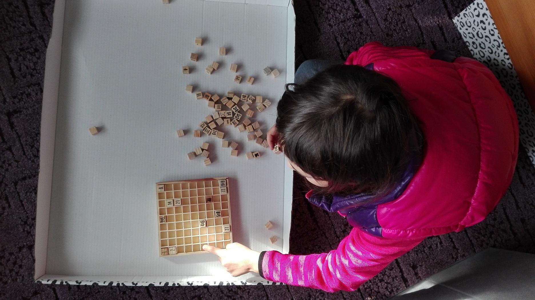 Zdjęcie dziecka układającego tabliczkę mnożenia