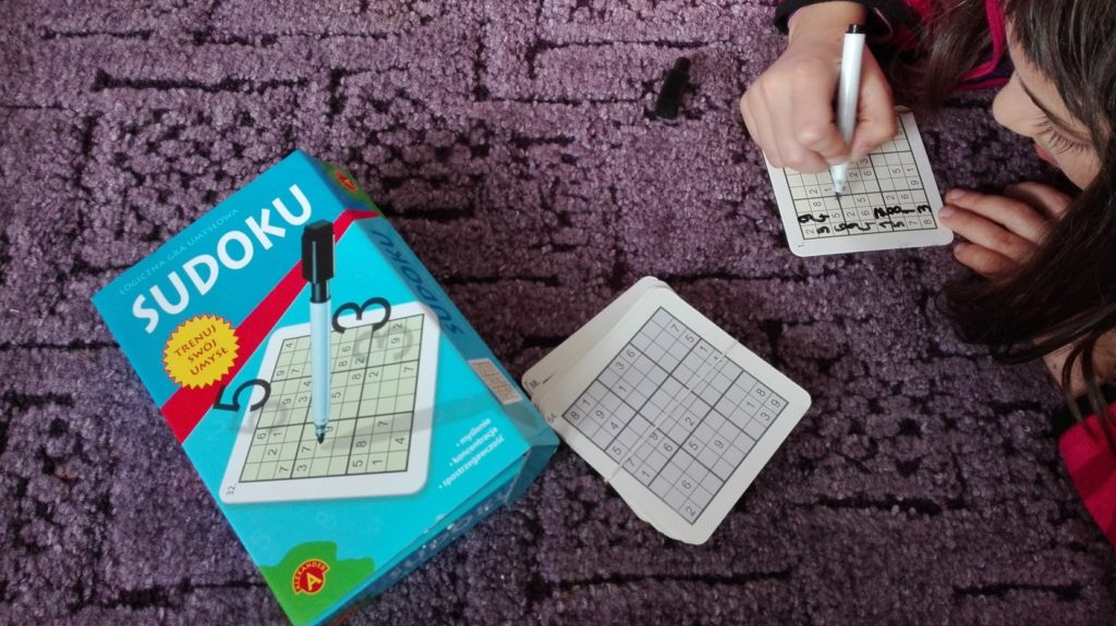 Dziecko rozwiązuje sudoku