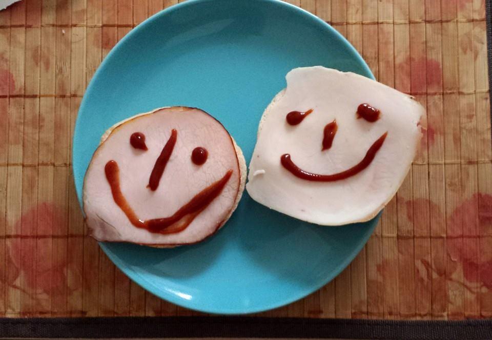Zdjęcie uśmiechniętych kanapek