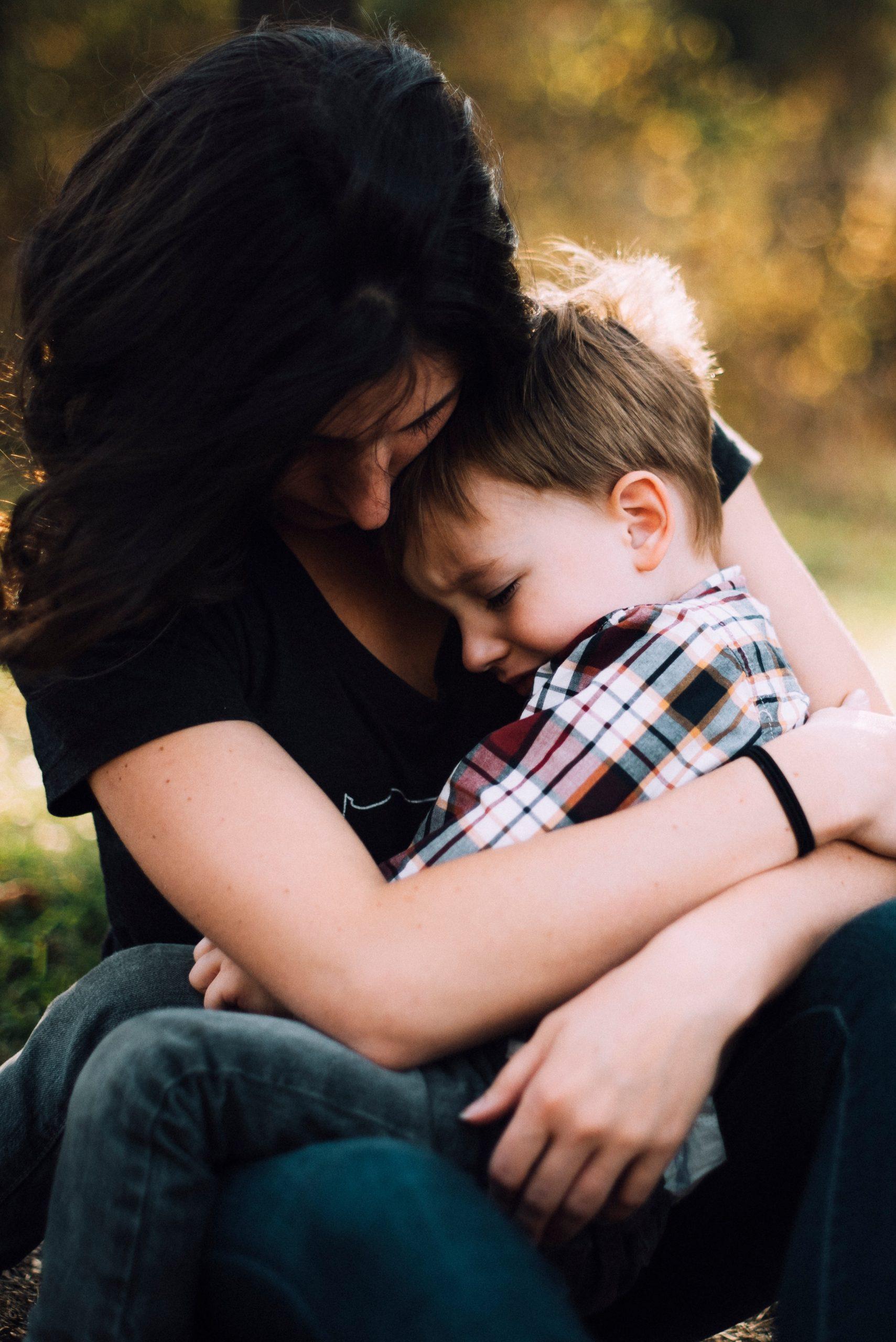 mama przytula dziecko