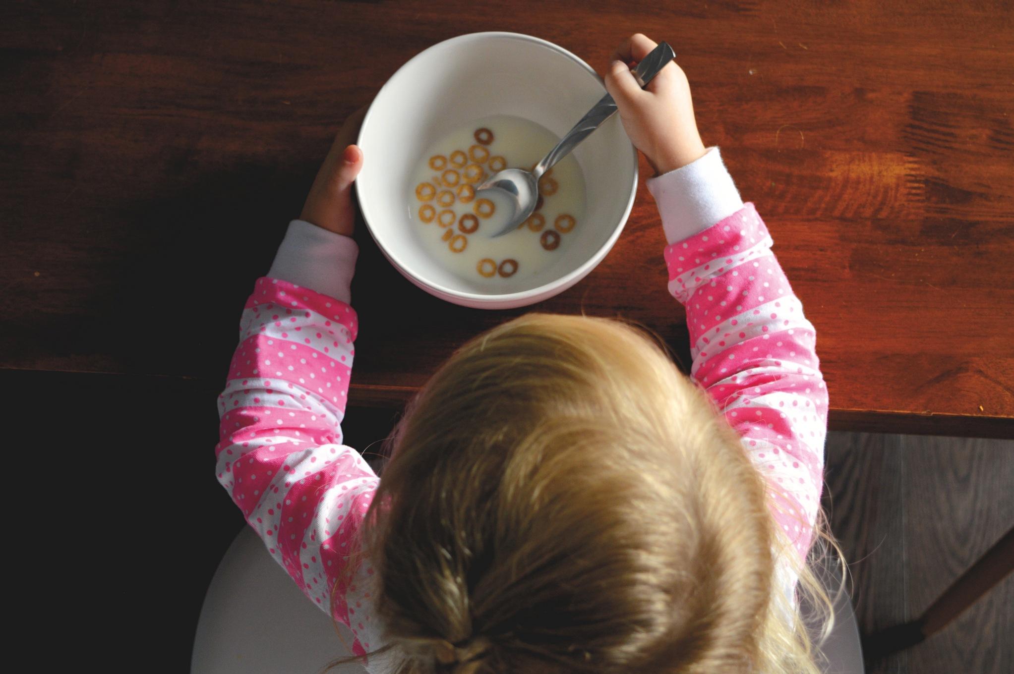 Dziecko nad talerzem płatków