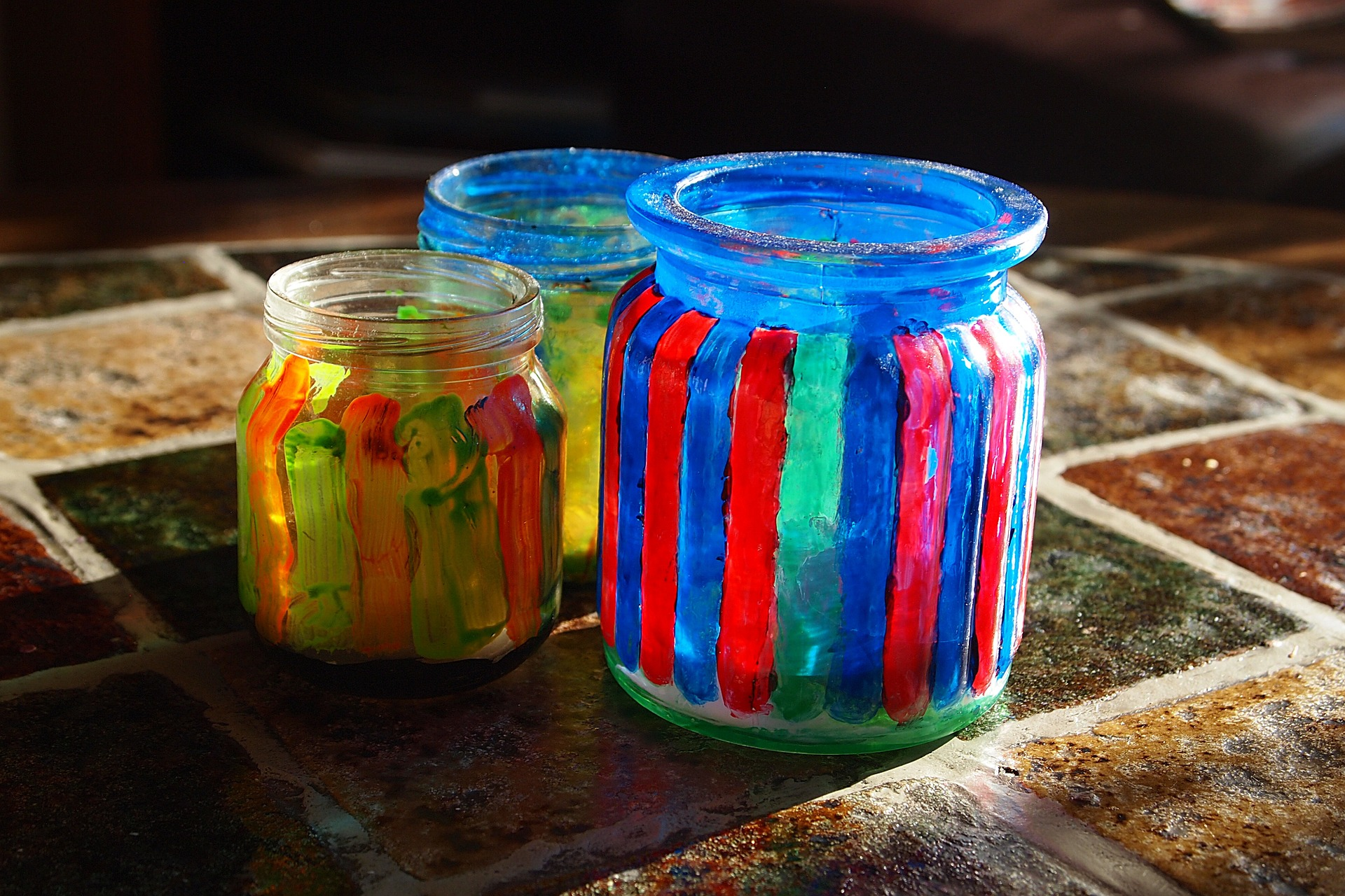 zdjęcie kolorowych słoików