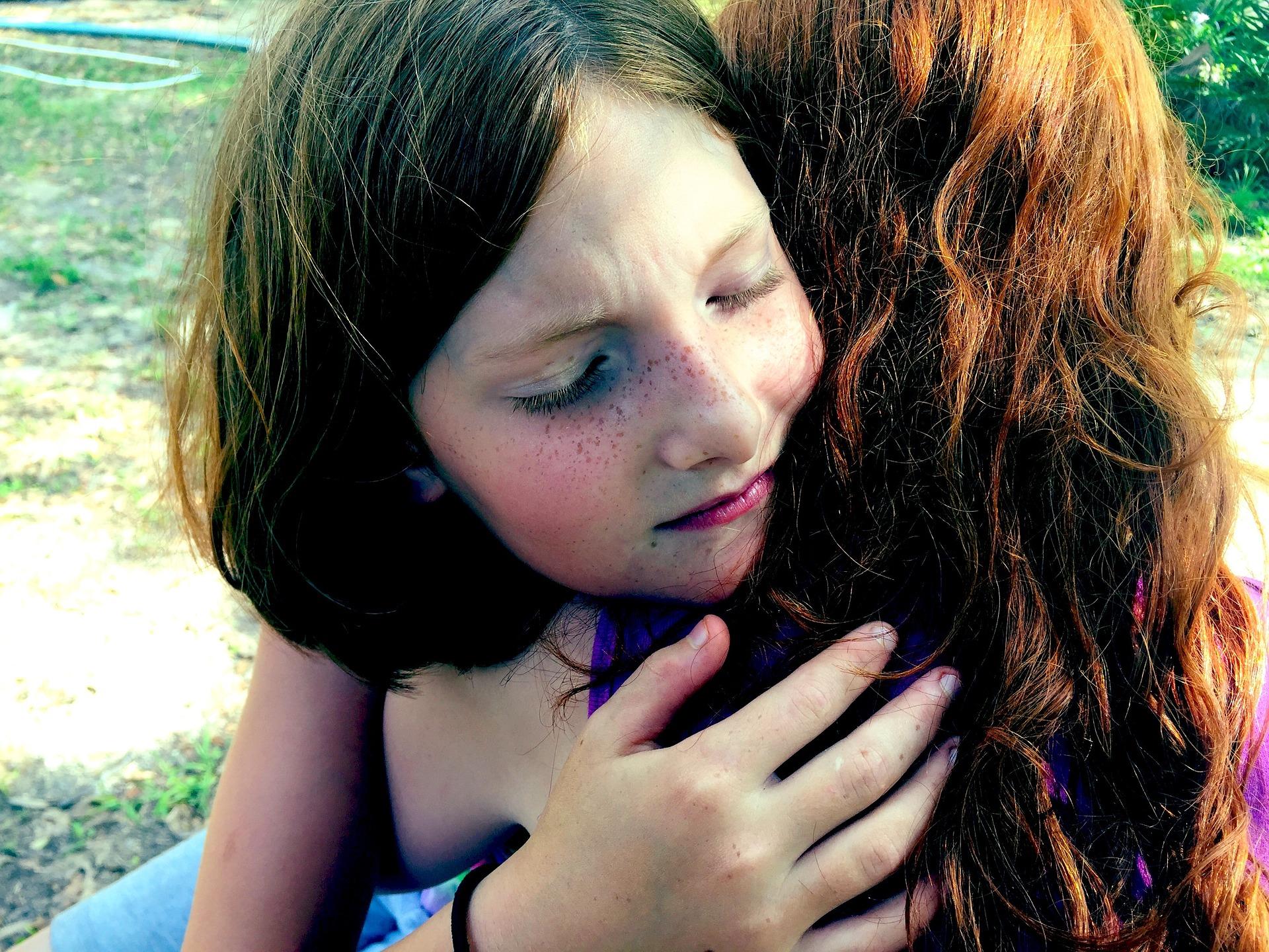 Zdjęcie córki przytulającej się do mamy