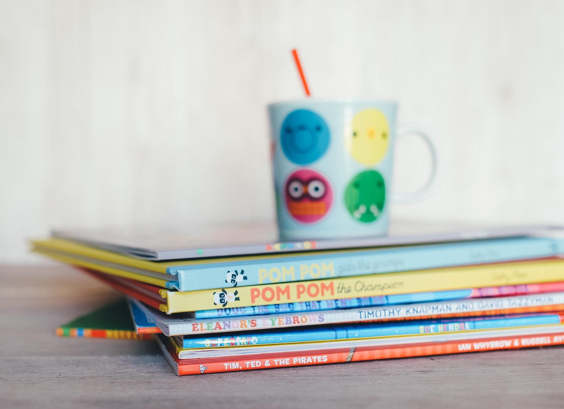zdjęcie kubka na książkach