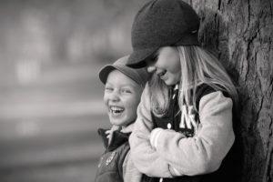 zdjęcie śmiejących się dzieci