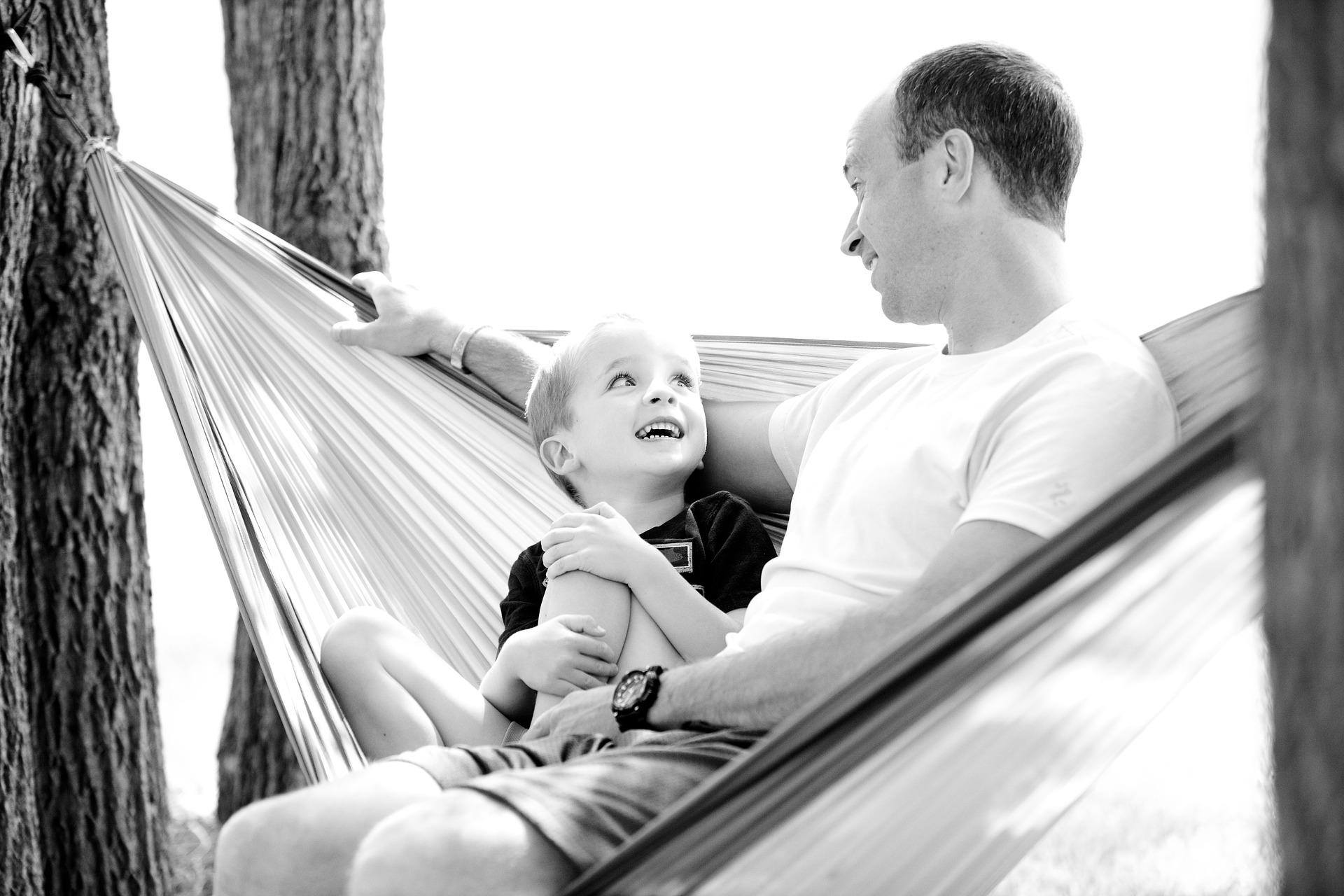 Zdjęcie syna i ojca na hamaku