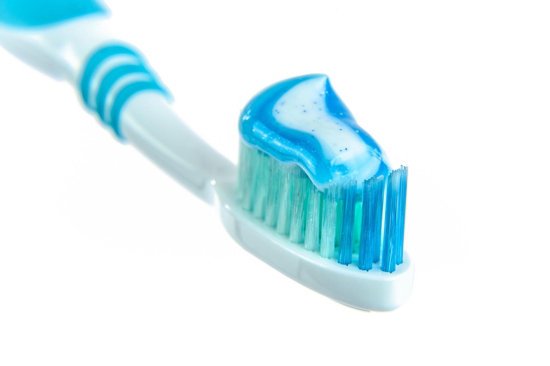 zdjęcie szczotki i pasty do zębów