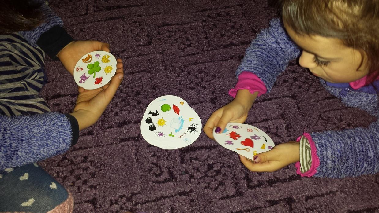 zdjęcie dzieci grają w dobble